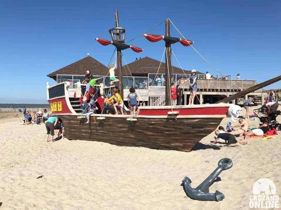 Druk-met-spelende-kinderen-piratenschip