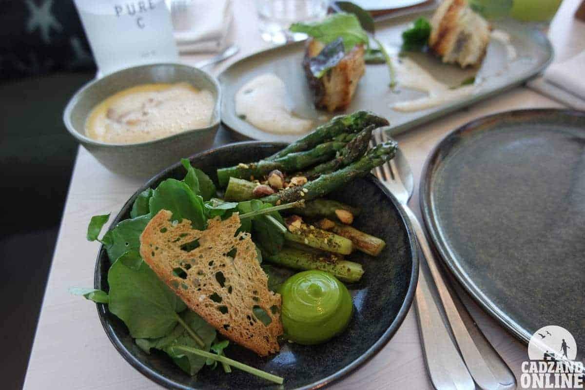 Groene asperges en mouseline-van-grijze-garnalen menu AIRrebuplic Cadzan