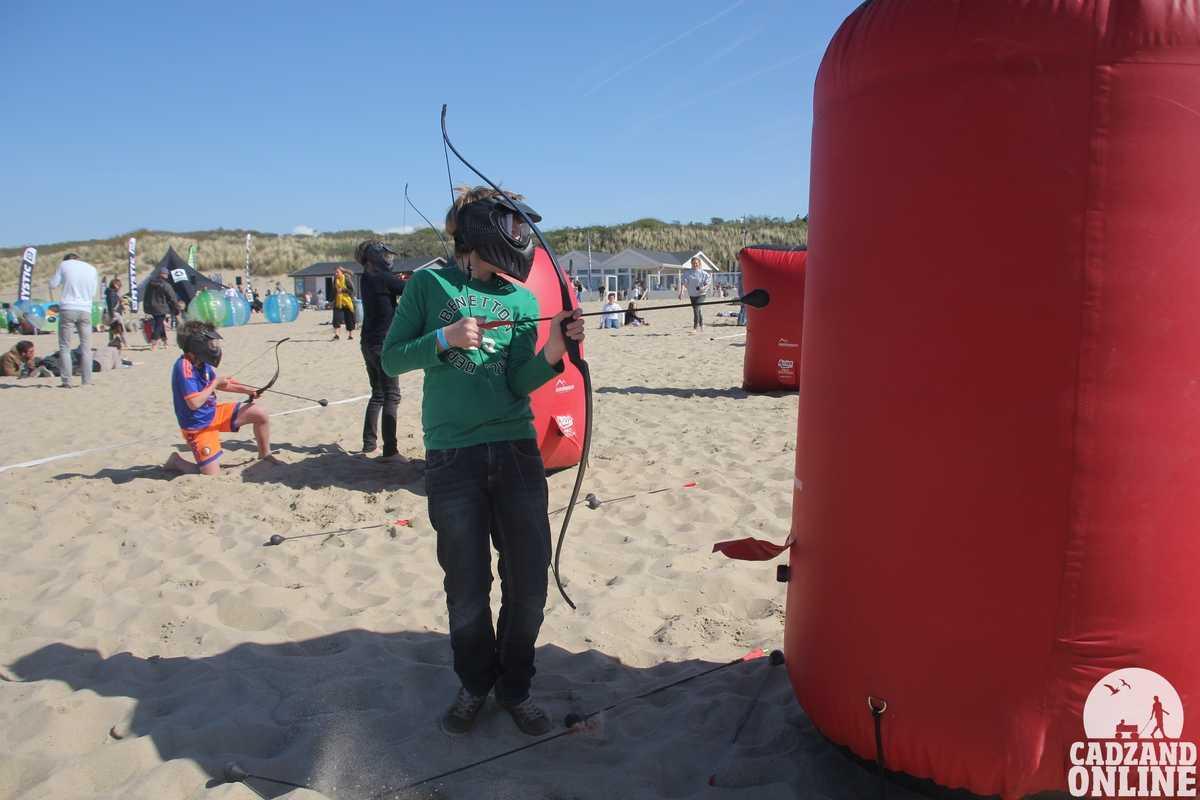 Boogschieten-op-elkaar-Moio-Beach-Cadzand-Bad