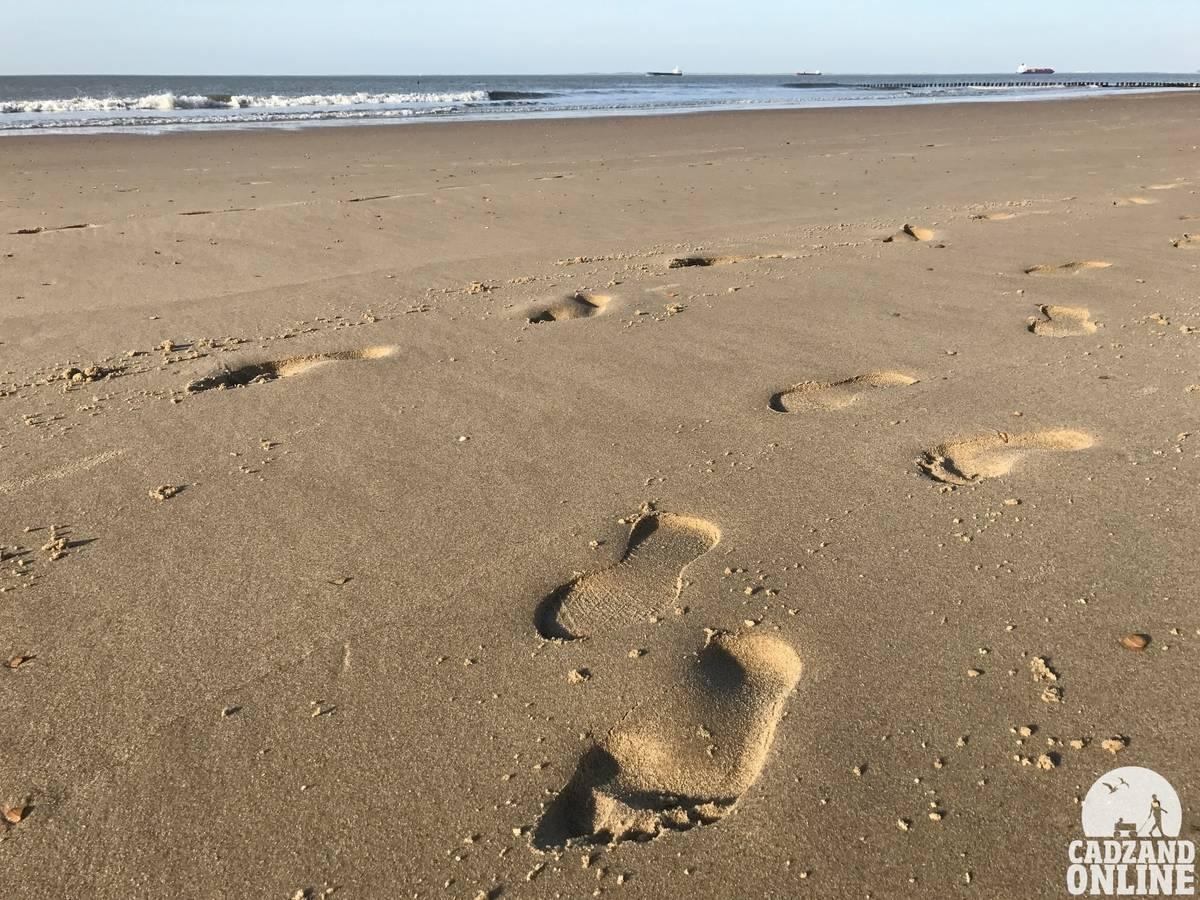 Blote-voeten-in-het-zand-van-Cadzand