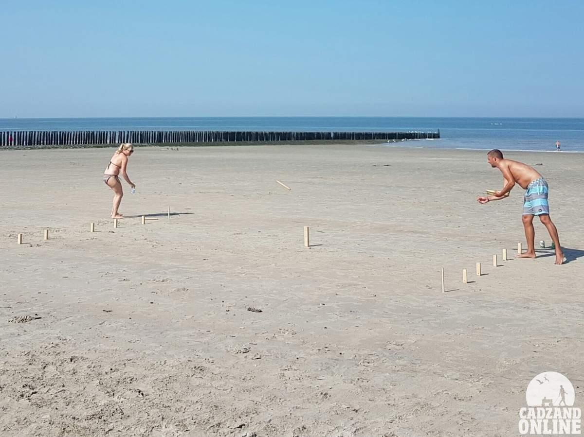 Spelletje-op-het-strand-Cadzand-Bad