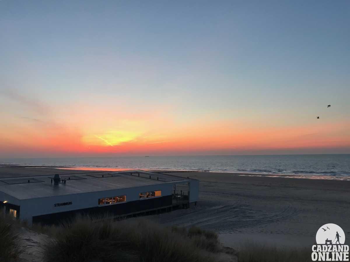 Zonsondergang-strandpaviljoen-Ruig