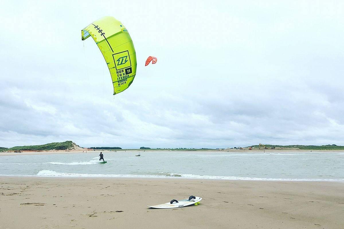 vaak-kitesurfers-bij-strandpaviljoen-Zeemeeuw